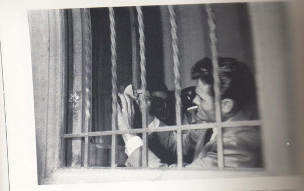 chet baker signing autographs from inside his cell in Lucca